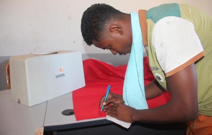Confection des masques auorès de la Maison des Jeunes et de l'entrepreneuriat d'Ambovombe